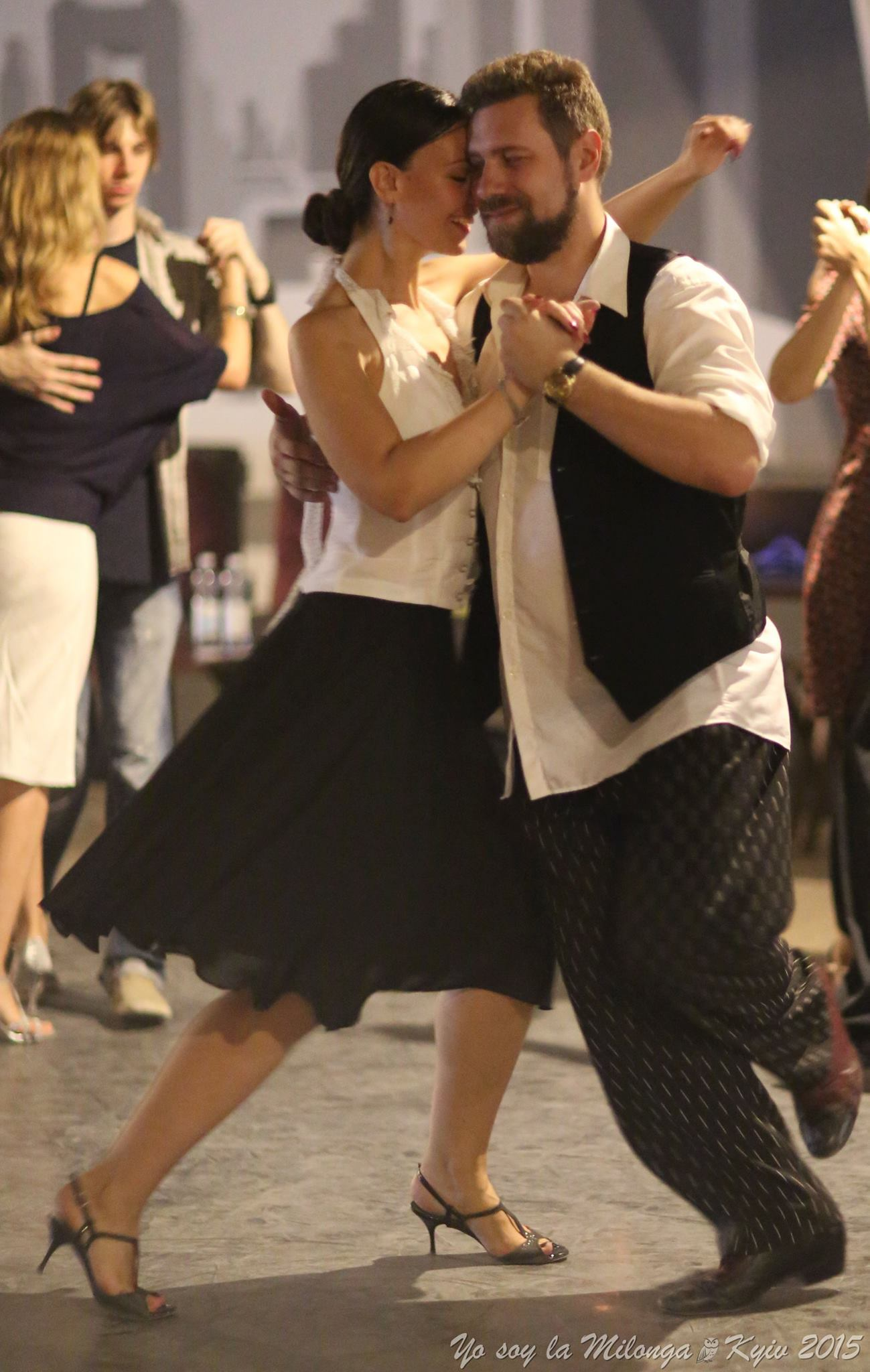 Также значение имеет, один человек танцует или с кем-то.